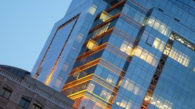 Edificio de oficinas con un resplandor de oro en la oscuridad metrajes