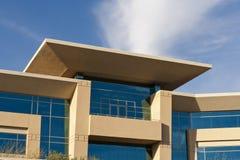 Edificio de oficinas contemporáneo con la fachada de piedra Imagen de archivo libre de regalías