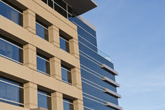 Edificio de oficinas contemporáneo con la fachada de piedra Fotografía de archivo