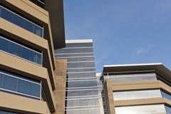 Edificio de oficinas contemporáneo con la fachada de piedra Fotos de archivo libres de regalías