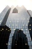 Edificio de oficinas corporativo con la reflexión Imagenes de archivo