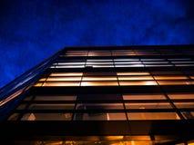 Edificio de oficinas corporativo en la noche imagen de archivo