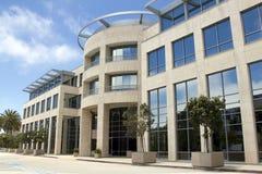 Edificio de oficinas corporativo moderno Fotos de archivo libres de regalías
