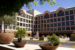 Edificio de oficinas corporativo moderno Imagenes de archivo