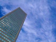 Edificio de oficinas corporativo moderno con verano del cielo azul Imagen de archivo