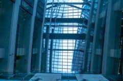 Edificio de oficinas corporativo moderno y cielo azul con las nubes Foto de archivo