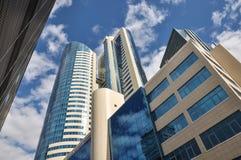 Edificio de oficinas de gran altura moderno en un fondo de nubes Imagen de archivo libre de regalías