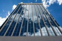 Edificio de oficinas de la alta subida con la reflexión de las nubes Imágenes de archivo libres de regalías