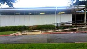 edificio de oficinas del estilo de los años 70 Foto de archivo