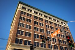 Edificio de oficinas del ladrillo en Main Street imagen de archivo