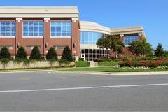 Edificio de oficinas en área suburbana Imagen de archivo libre de regalías