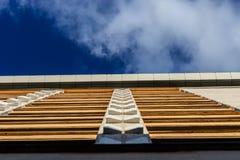 Edificio de oficinas en el cielo azul Fotos de archivo libres de regalías