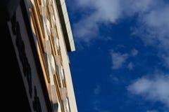 Edificio de oficinas en el cielo azul Fotografía de archivo