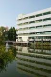 edificio de oficinas en el lago Foto de archivo libre de regalías