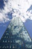 Edificio de oficinas en fondo del cielo azul imagen de archivo