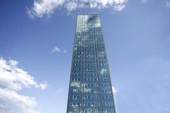 Edificio de oficinas en fondo del cielo azul fotos de archivo libres de regalías