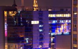 Edificio de oficinas en la noche fotos de archivo libres de regalías