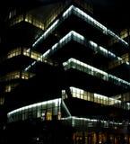 Edificio de oficinas en la noche fotografía de archivo