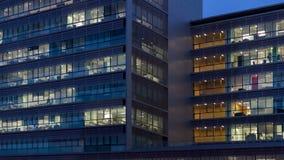 Edificio de oficinas en la oscuridad metrajes