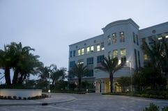 Edificio de oficinas en madrugada Imagenes de archivo
