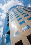 Edificio de oficinas en un día nublado Cielo azul en el fondo right Imágenes de archivo libres de regalías