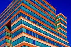 Edificio de oficinas en un fondo de un cielo azul Imagen de archivo libre de regalías