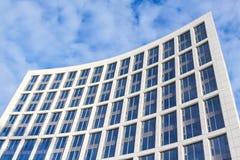 Edificio de oficinas en un fondo del cielo azul Foto de archivo