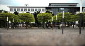 Edificio de oficinas en una zona verde fotos de archivo