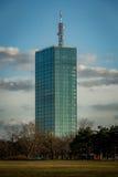 Edificio de oficinas hecho del vidrio en Belgrado Imagen de archivo