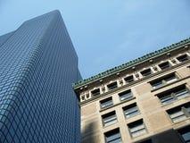 Edificio de oficinas histórico de la piedra y del vidrio fotos de archivo libres de regalías