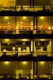 Edificio de oficinas iluminado foto de archivo libre de regalías