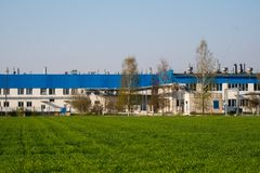 Edificio de oficinas de la agricultura en fondo verde del campo foto de archivo