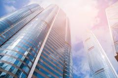 Edificio de oficinas de la visión inferior contra fondo del cielo azul Fotografía de archivo libre de regalías