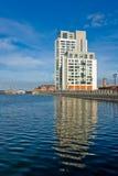 Edificio de oficinas moderno cerca del canal en Liverpool imagen de archivo