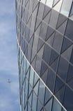 Edificio de oficinas moderno con el avión Fotos de archivo libres de regalías