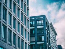 Edificio de oficinas moderno con el cielo azul Fotografía de archivo
