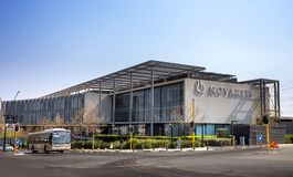 Edificio de oficinas moderno con exterior concreto y de cristal fotos de archivo