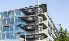 Edificio de oficinas moderno con la fachada de cristal Foto de archivo