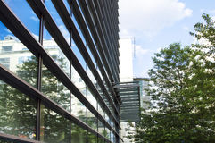 Edificio de oficinas moderno con la fachada de cristal Fotografía de archivo