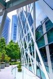 Edificio de oficinas moderno con la fachada del vidrio Foto de archivo