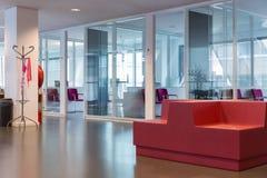 Edificio de oficinas moderno con la sala de espera para los visitantes Imágenes de archivo libres de regalías