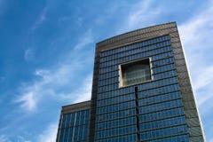 Edificio de oficinas moderno con las ventanas cuadradas grandes Fotografía de archivo libre de regalías