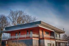 Edificio de oficinas moderno en primavera temprana Imágenes de archivo libres de regalías