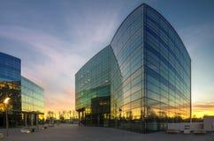 Edificio de oficinas moderno por la tarde Fotos de archivo