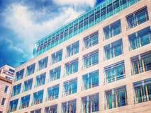 Edificio de oficinas moderno y cielo azul Imagen de archivo libre de regalías