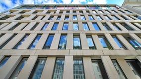 Edificio de oficinas que refleja el cielo azul Imagen de archivo libre de regalías