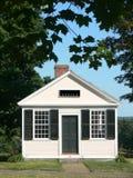 Edificio de oficinas y árboles en pequeña ciudad rural Imagenes de archivo