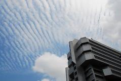 Edificio de oficinas y cielo Fotografía de archivo libre de regalías