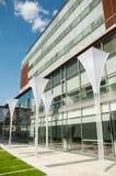 Edificio de oficinas y cielo azul Fotos de archivo
