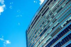 Edificio de oficinas y cielo azul Fotos de archivo libres de regalías